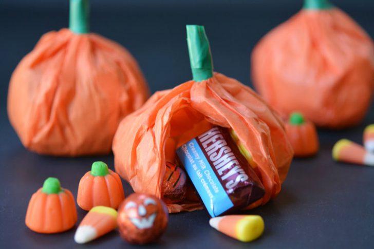 calabazas-de-papel-tisu-con-caramelos-para-halloween