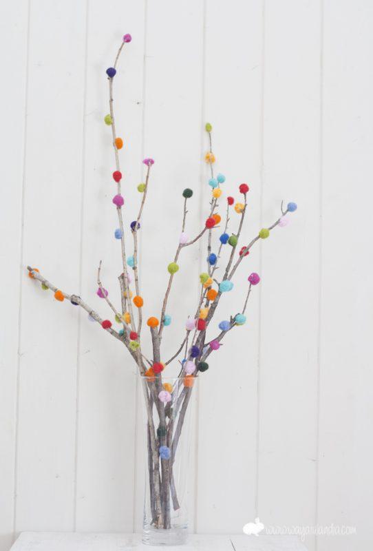 ramas-decoradas-con-bolitas-de-lana