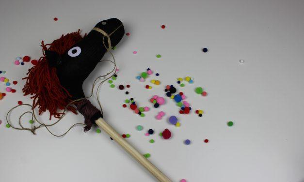 ¿Cómo hacer un caballito de palo?