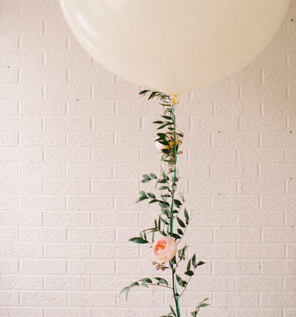 Guirnalda de flores y globos para decorar fiesta infantil