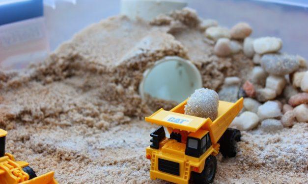 Actividades con niños para el verano: caja de arena para camiones