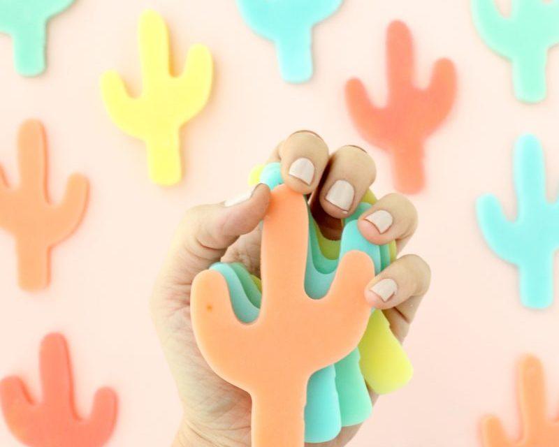 Jabones caseros de colores con forma de cactus: DIY para niños