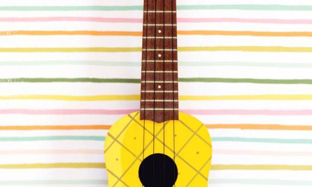 Ukelele decorado como una piña: DIY para fiesta hawaiana