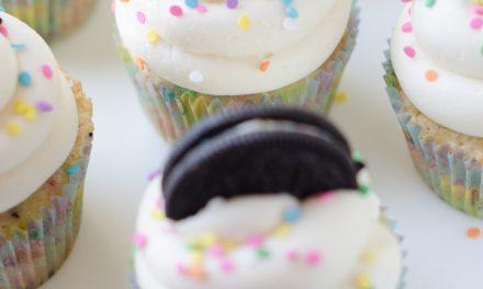 Cupcakes con Oreo y confetti para fiestas de cumpleaños