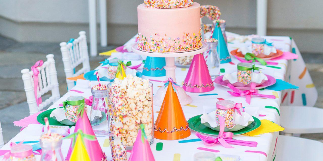 Fiesta temática infantil con fideos de colores: ¡qué divertido!